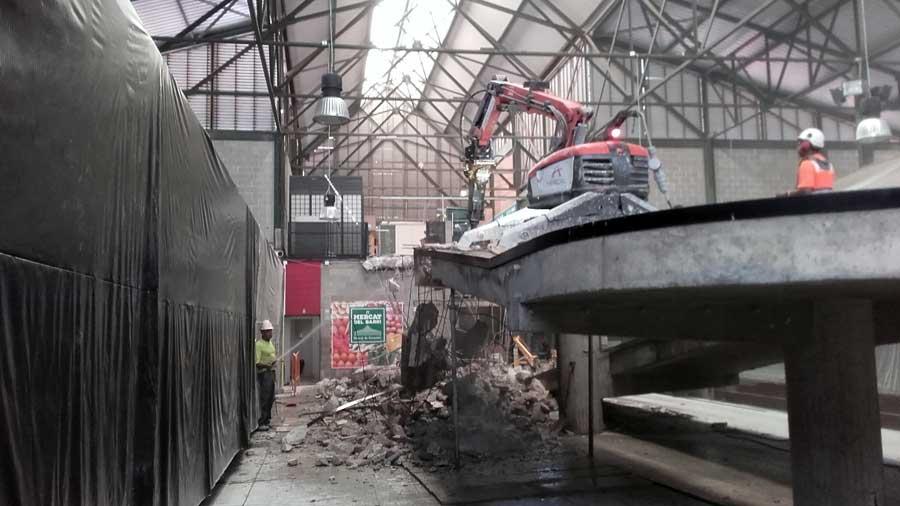 Demolición técnica de la rampa interior del mercado de Canyelles