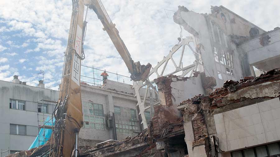Demolición mecánica de nave industrial en Terrassa