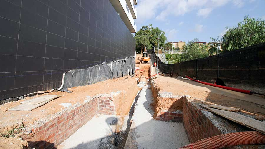 Obras de construcción de rampas peatonales en Cornellà