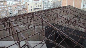 Derribos en Barcelona. Derribo de la cubierta de teatro Novedades en Barcelona