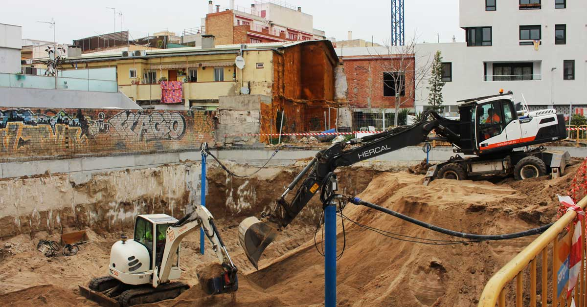 Movimiento De Tierras En La Calle Perelló De Barcelona. En Esta Parcela Se Construirán 24 Viviendas De Alto Standing Orientadas Al Mar.